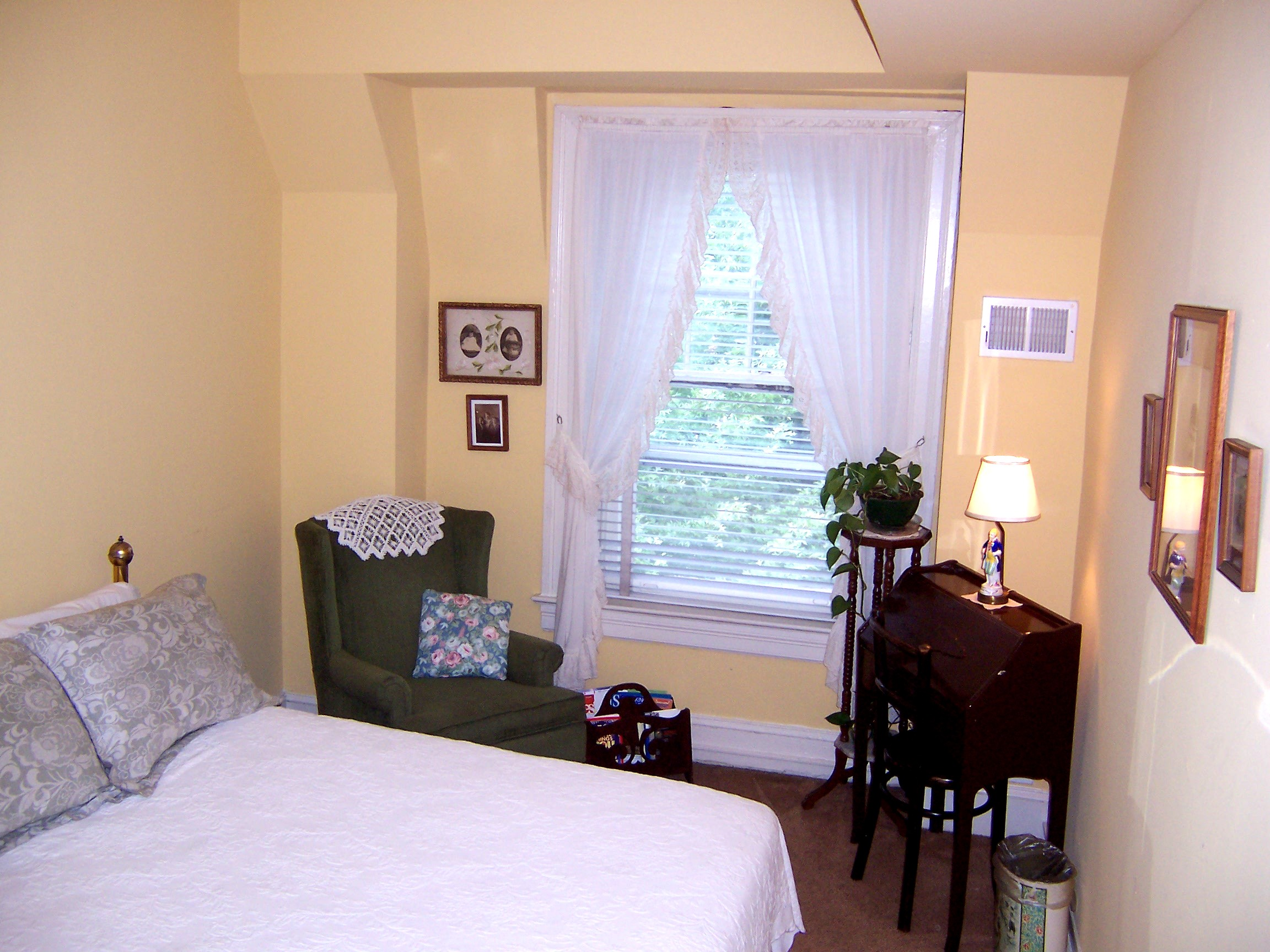 Small bedroom with amenities and window view